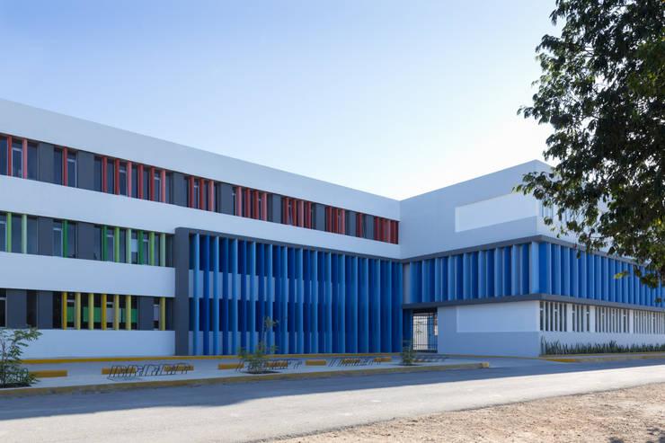 britt academy playa del carmen: Estudios y oficinas de estilo moderno por studio arquitectura