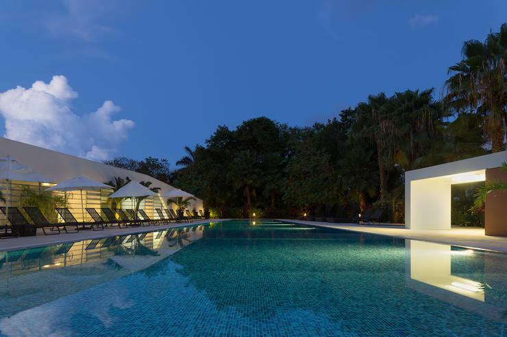 casa club de golf grand coral riviera maya: Albercas de jardín de estilo  por studio arquitectura   Despacho de arquitectos   Cancún