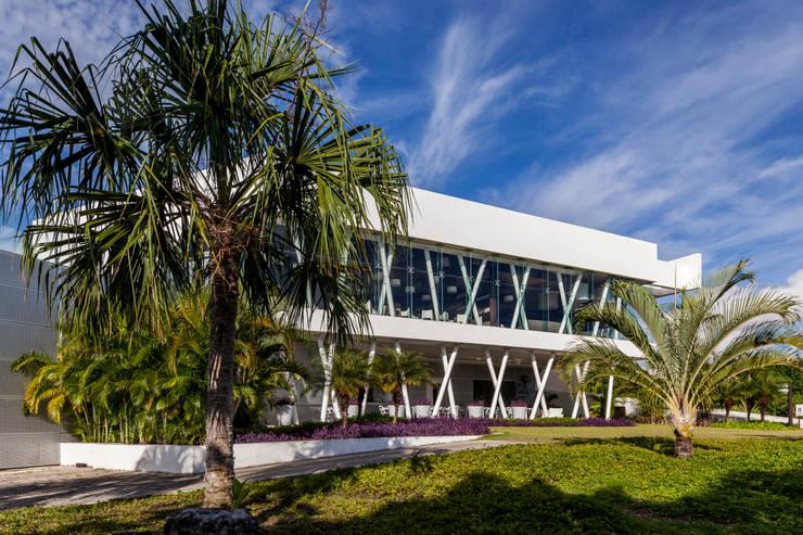 casa club de golf grand coral riviera maya: Estudios y oficinas de estilo  por studio arquitectura   Despacho de arquitectos   Cancún