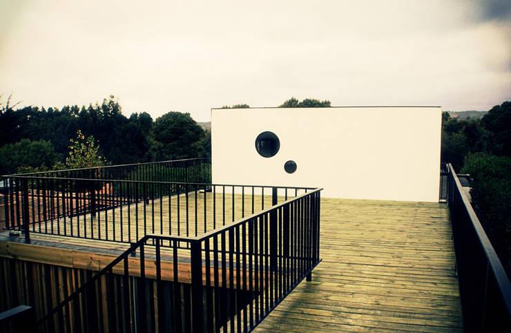 Restaurant Algarrobo: Terrazas  de estilo  por m2 estudio arquitectos - Santiago