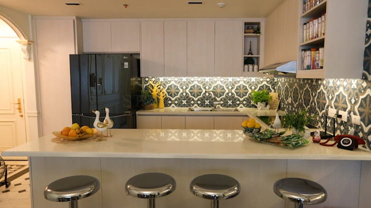 White Sapphire Quartz Kitchen Countertop at the Viridian in Greenhills:  Kitchen by Stone Depot