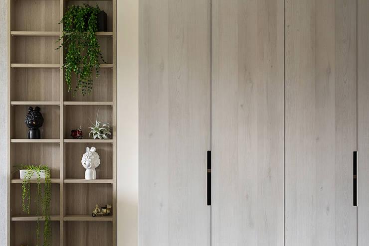櫃體分割:  玄關、走廊與階梯 by 達譽設計