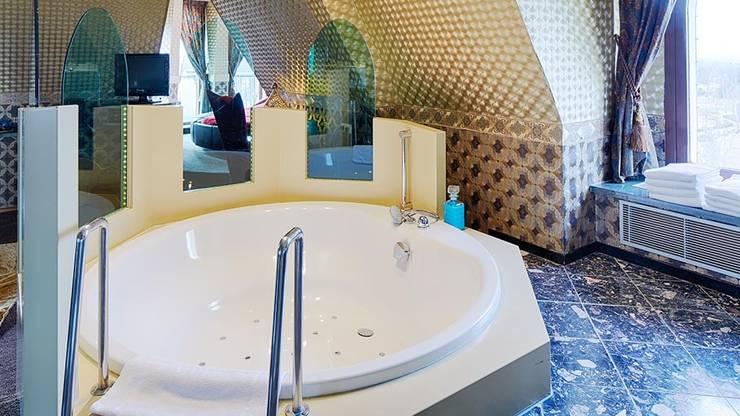 Cleopatra rond ligbad in Efteling hotel:  Badkamer door Cleopatra BV, Klassiek