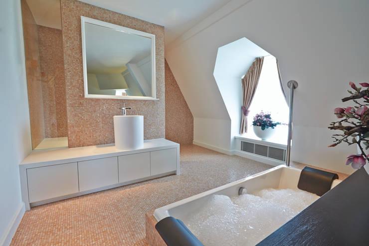 Cleopatra WellPool bubbelbad in Hotel Efteling:  Badkamer door Cleopatra BV, Klassiek