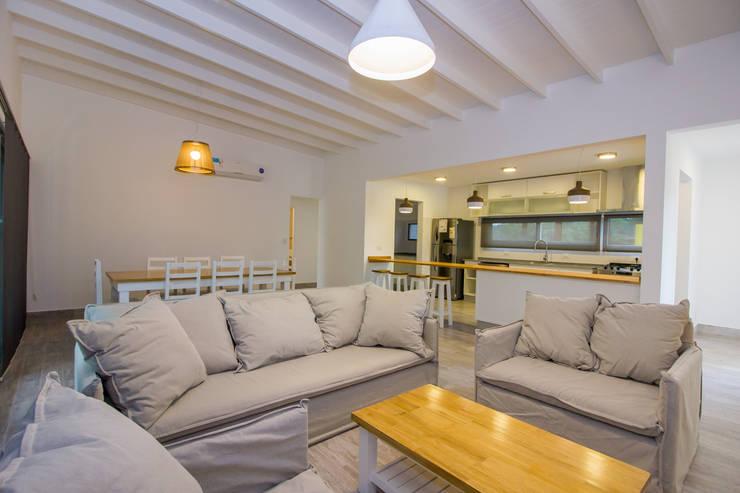 Living room by JOM HOUSES, Modern