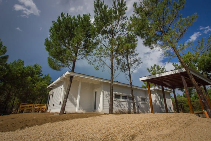 Casa modular en el barrio de Costa Esmeralda: Casas de estilo  por JOM HOUSES
