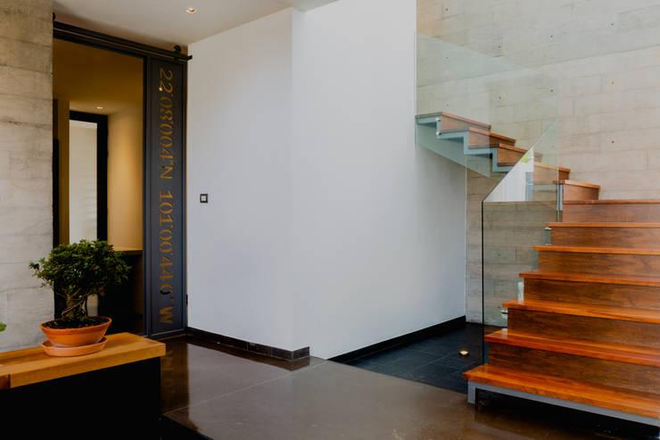 ESCALERAS PRINCIPALES: Escaleras de estilo  por GRUPO VOLTA