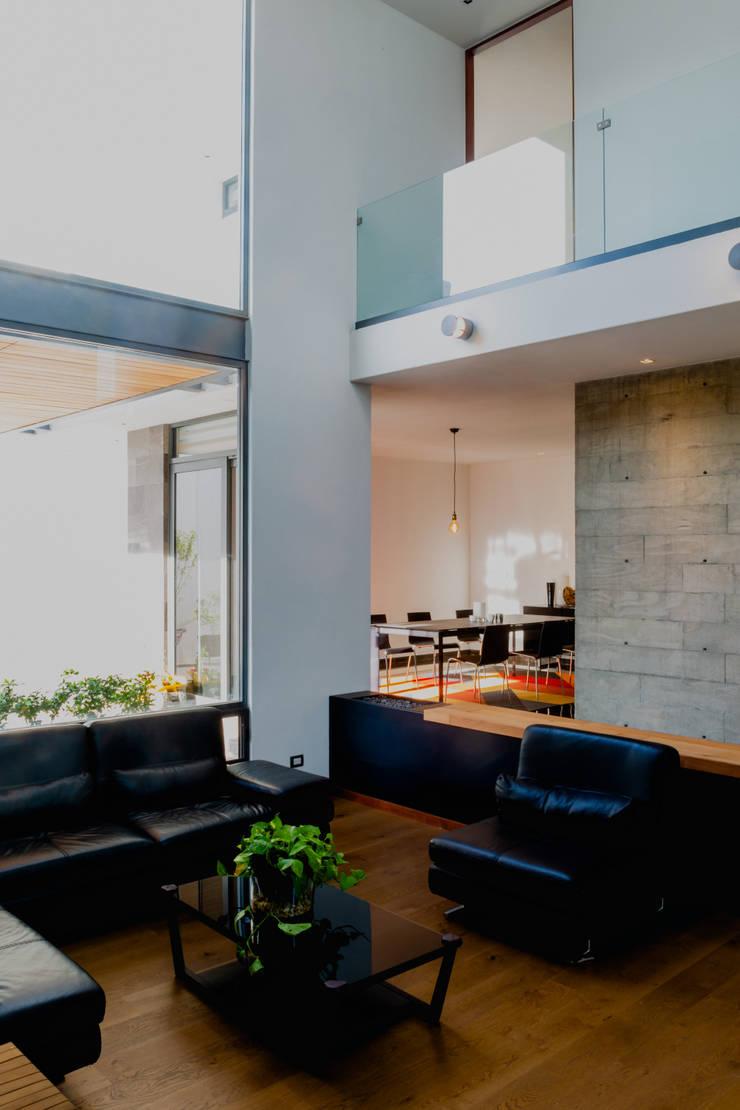 Ruang Keluarga Modern Oleh GRUPO VOLTA Modern Beton