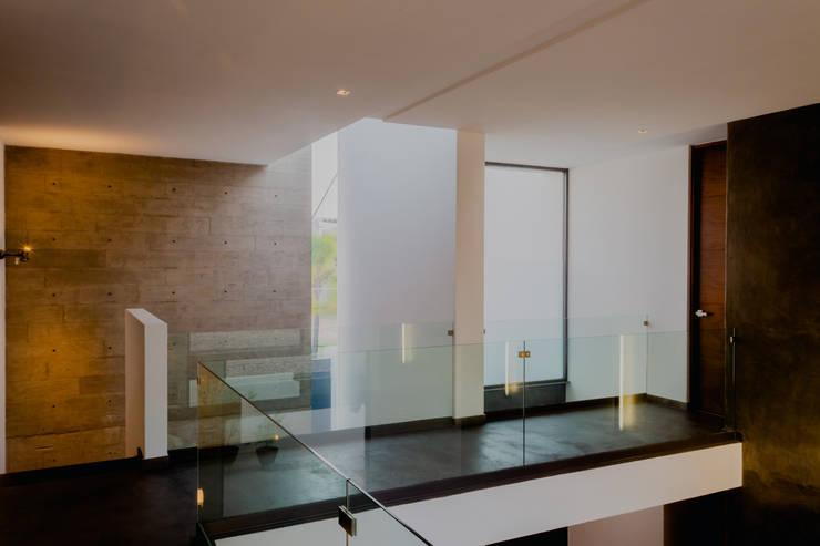 PASILLO CENTRAL: Pasillos y recibidores de estilo  por GRUPO VOLTA
