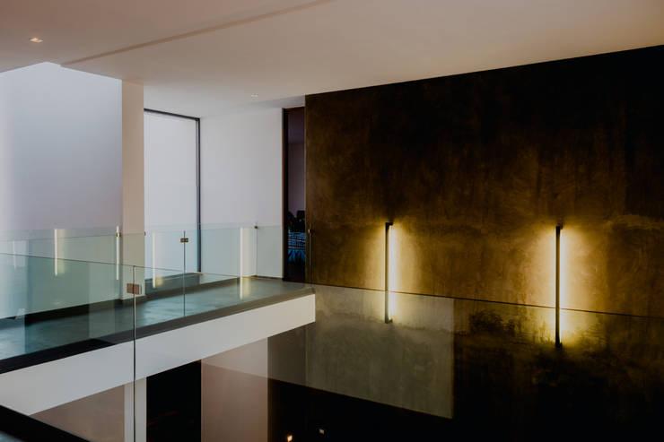 DOBLE ALTURA DE SALA : Pasillos y recibidores de estilo  por GRUPO VOLTA