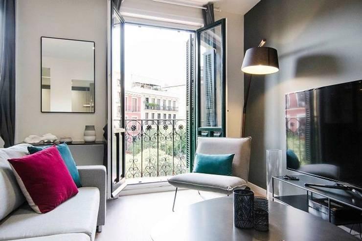 Balcón del salón de la vivienda de Rafael y Amélie: Salones de estilo moderno de Rez estudio
