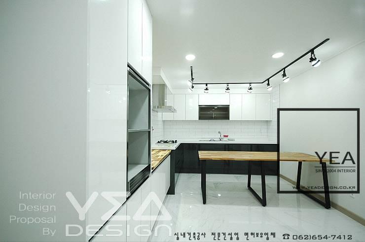 수납은 최대한으로, 깨끗하고 정갈한 주방만들기: 예아디자인   [주]디자인그룹예아의  주방,