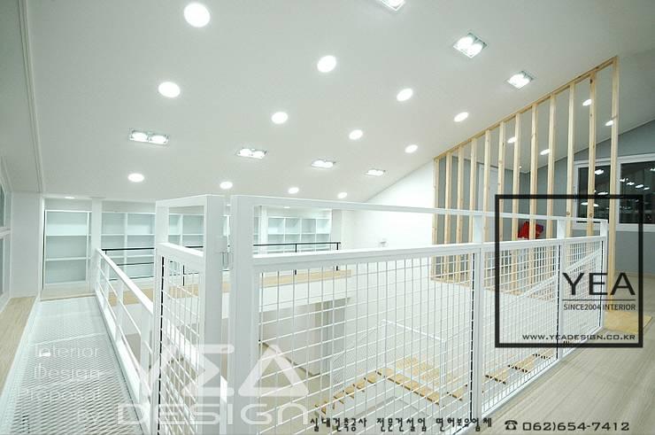 2층복도와 서재를 잇는 통로의 철재난간: 예아디자인   [주]디자인그룹예아의  복도, 현관 & 계단,