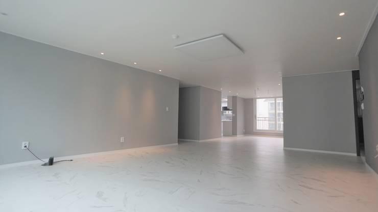 누구나 꿈꾸는 모던하우징_꿈마을 한신아파트 61평 인테리어_용디자인: YONG DESIGN의  계단,