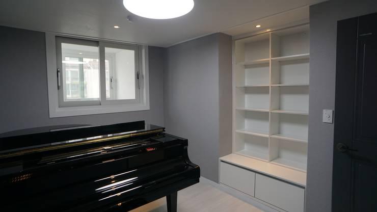 누구나 꿈꾸는 모던하우징_꿈마을 한신아파트 61평 인테리어_용디자인: YONG DESIGN의  방,
