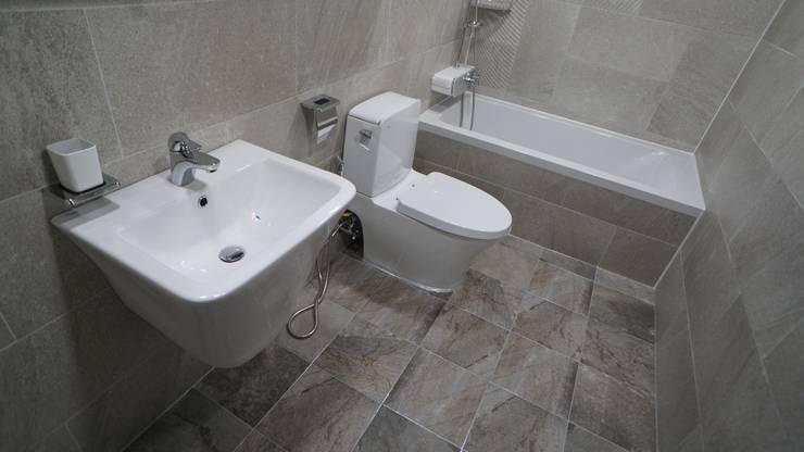 누구나 꿈꾸는 모던하우징_꿈마을 한신아파트 61평 인테리어_용디자인: YONG DESIGN의  욕실,
