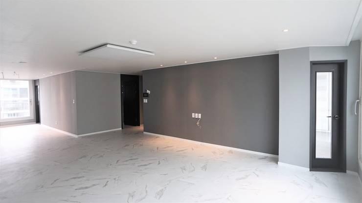 누구나 꿈꾸는 모던하우징_꿈마을 한신아파트 61평 인테리어_용디자인: YONG DESIGN의  거실,