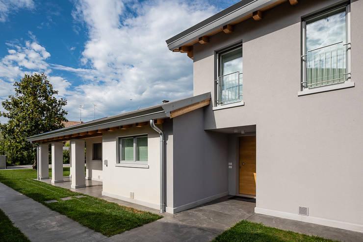 Portoncino in legno per valorizzare l'ingresso: Ingresso & Corridoio in stile  di Woodbau Srl