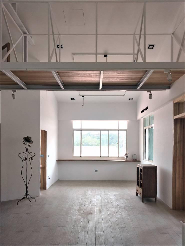 折紙居 II 白廊:  客廳 by 喬克諾空間設計