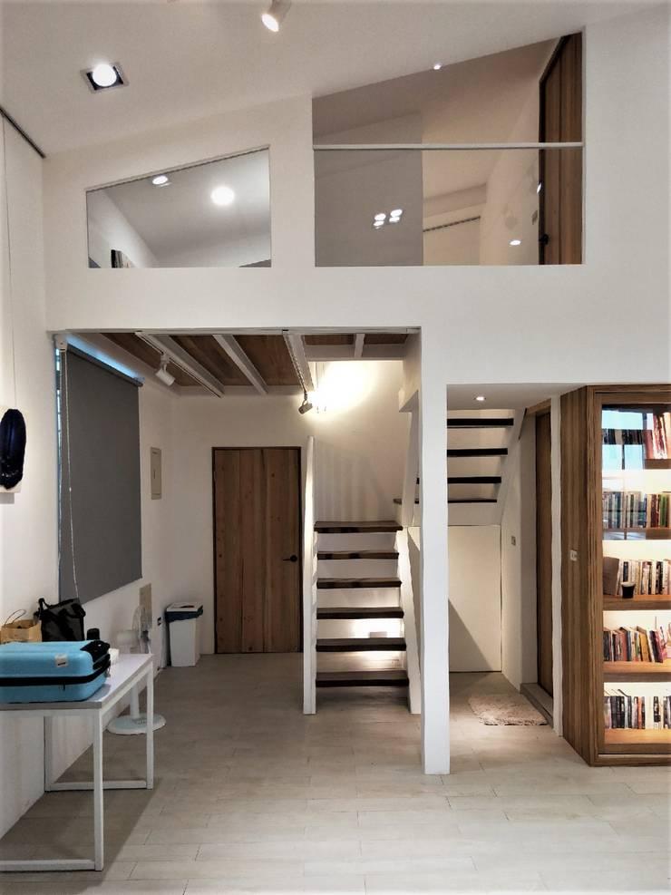 折紙居 II 白廊:  走廊 & 玄關 by 喬克諾空間設計