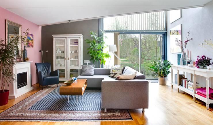 De zithoek:  Woonkamer door Regina Dijkstra Design, Eclectisch