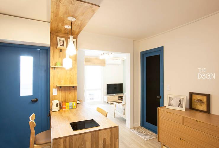 블루, 소프트 블루로 캐주얼한 15평 아파트 인테리어: 더디자인 the dsgn의  다이닝 룸,