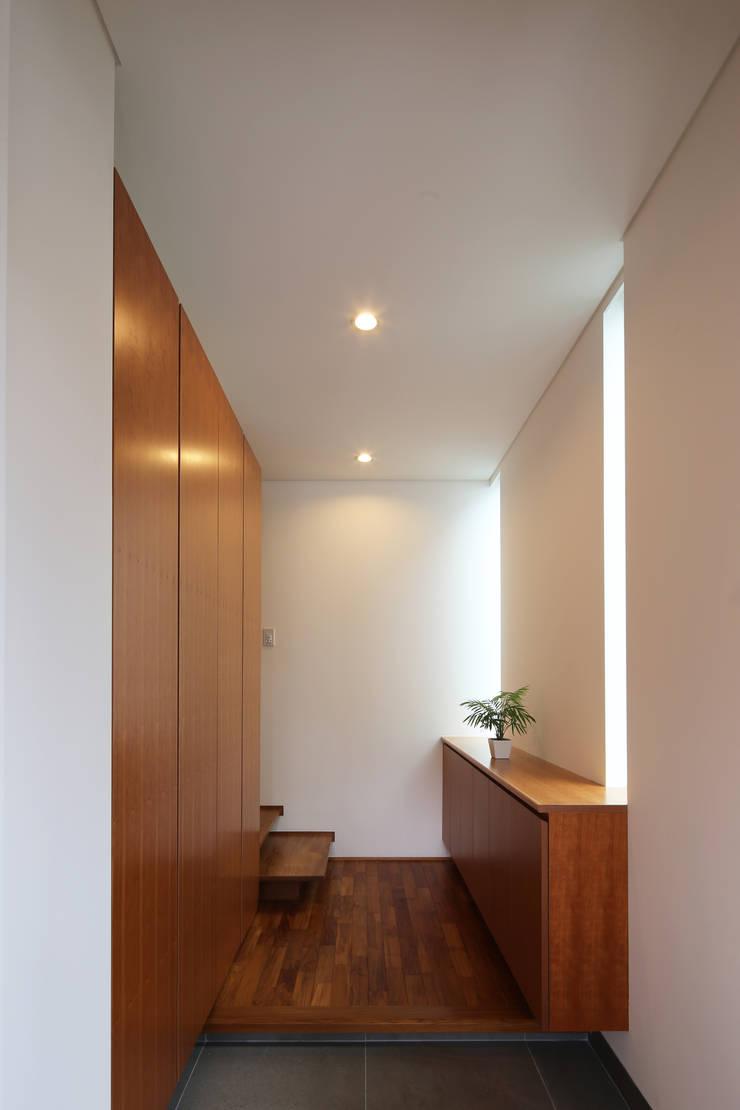 つなぎ梁の家: 西島正樹/プライム一級建築士事務所 が手掛けた玄関&廊下&階段です。