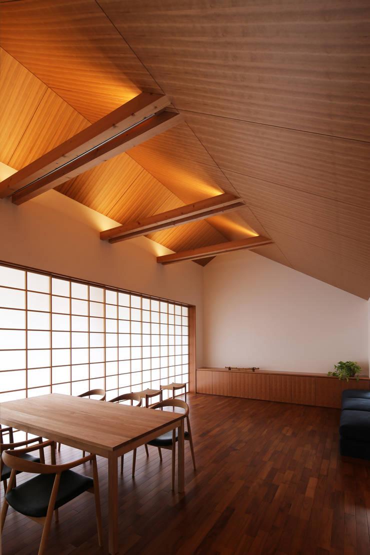 つなぎ梁の家: 西島正樹/プライム一級建築士事務所 が手掛けたダイニングルームです。