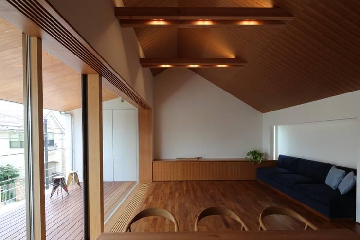 つなぎ梁の家: 西島正樹/プライム一級建築士事務所 が手掛けたリビングです。