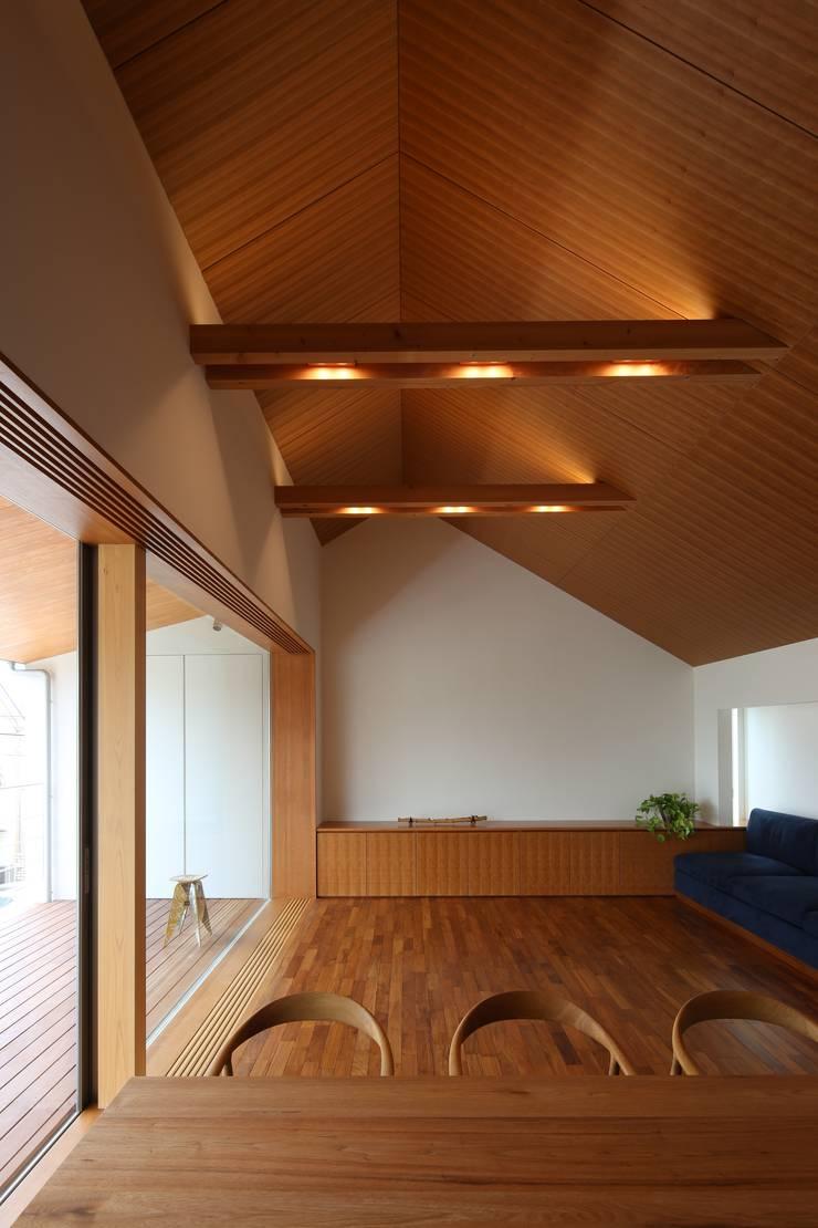 つなぎ梁の家: 西島正樹/プライム一級建築士事務所 が手掛けたリビングルームです。
