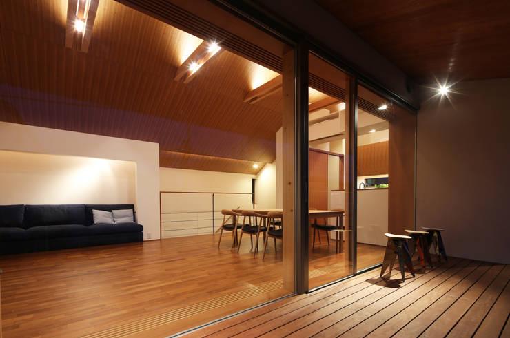 つなぎ梁の家: 西島正樹/プライム一級建築士事務所 が手掛けたテラス・ベランダです。
