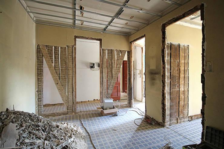 Antes: Quarto interior de passagem:   por BL Design Arquitectura e Interiores