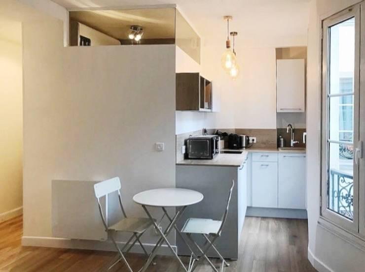 Appartamento a Parigi: Cucina attrezzata in stile  di smellof.DESIGN