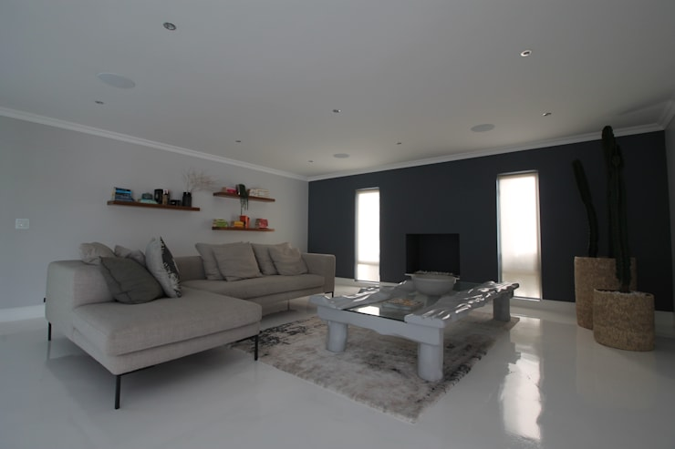 Entertainment Lounge:  Living room by Audio Visual Projects (PTY) Ltd,