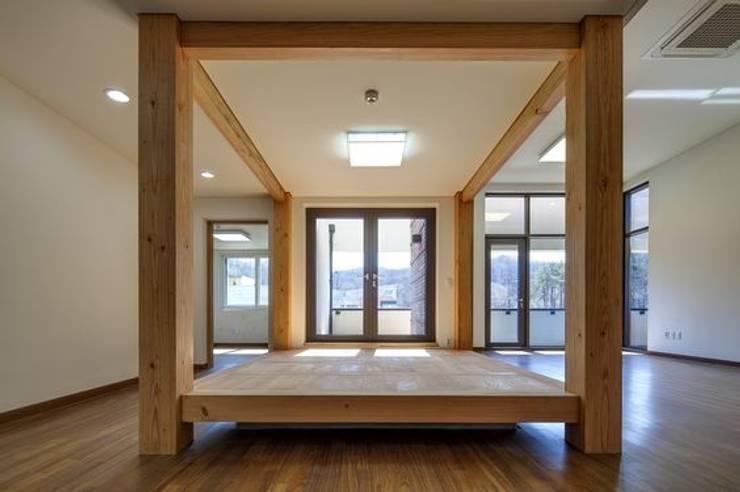 공간 속 공간: 담음건축디자인주식회사의  서재 & 사무실,한옥 합판