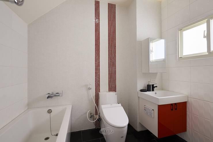 狹長街屋大改造:  浴室 by 層層室內裝修設計有限公司