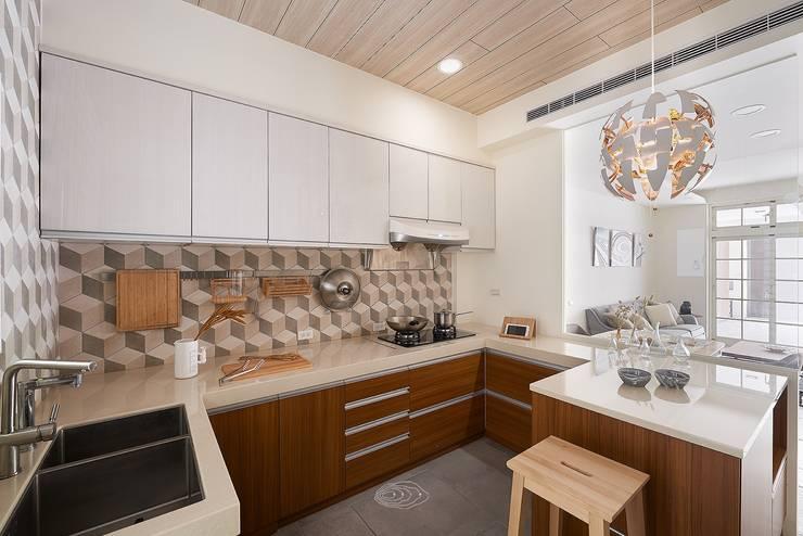 狹長街屋大改造:  廚房 by 層層室內裝修設計有限公司