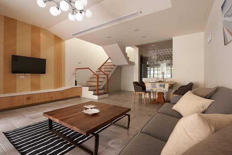 Salas de estar  por 層層室內裝修設計有限公司
