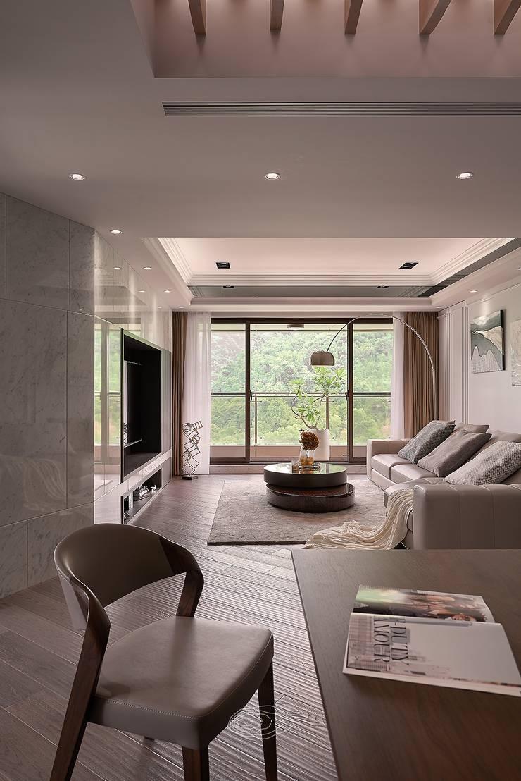 細膩質感景觀宅:  客廳 by 層層室內裝修設計有限公司