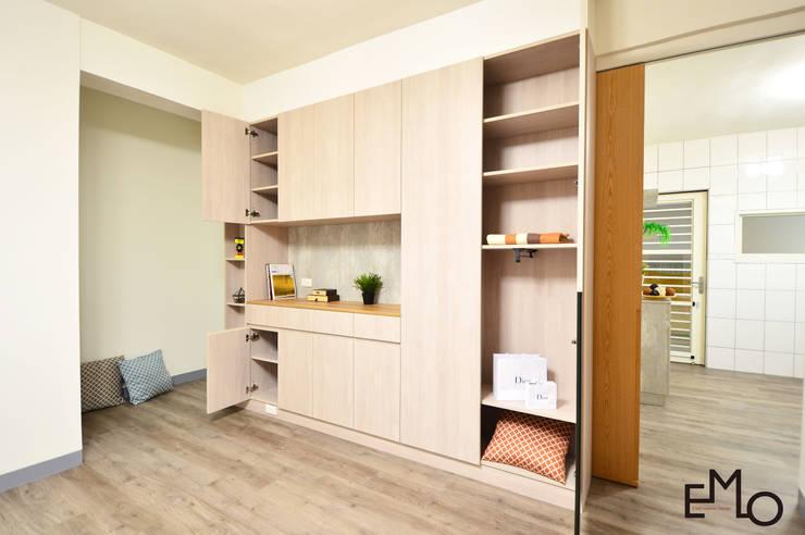 不被侷限的收納:  客廳 by 以莫室內裝修工程有限公司