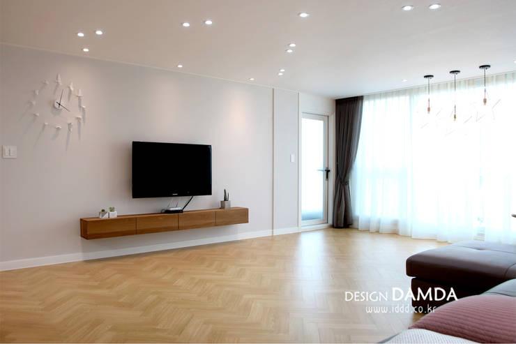 Wohnzimmer von 디자인담다