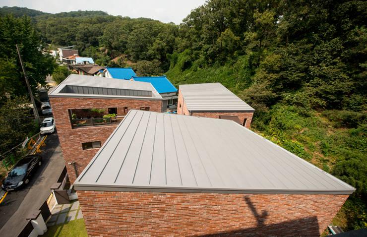 세지붕 한가족: HBA-rchitects의  지붕,