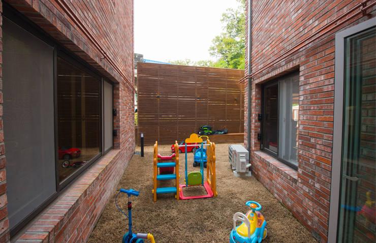 세지붕 한가족: HBA-rchitects의  정원,