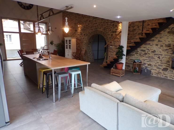 Réhabilitation et Aménagement intérieur de Granges et Loft  en Vendée : Salon de style  par atelier klam