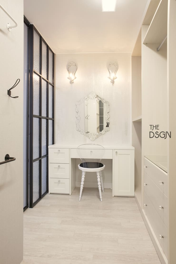 파우더룸과 드레스룸을  한 공간에: 더디자인 the dsgn의  드레스 룸
