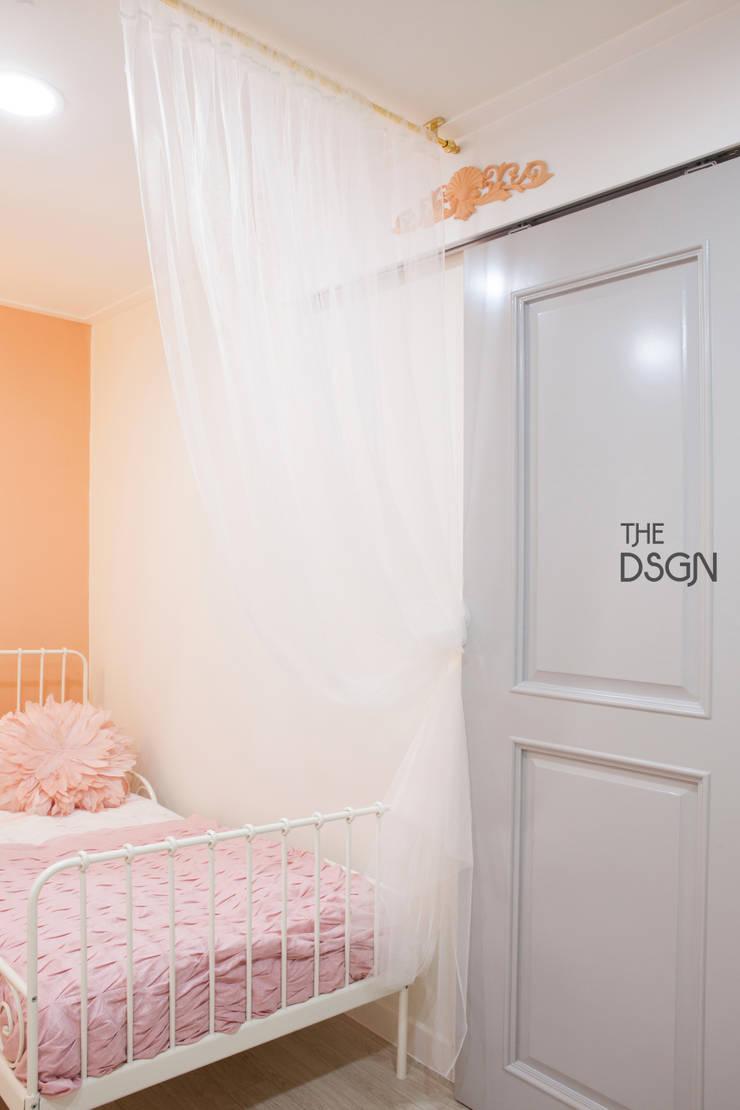 욕실과 연결된 미닫이문: 더디자인 the dsgn의  아이방