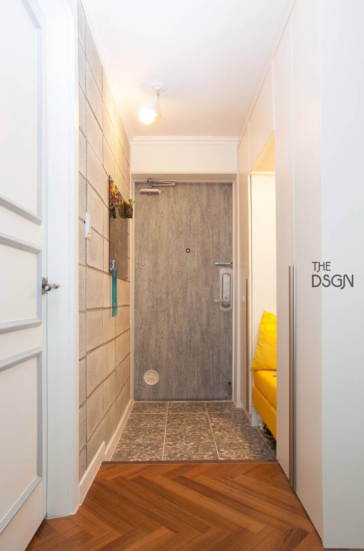 컬러와 패턴이 살아있는 집: 더디자인 the dsgn의  복도 & 현관,