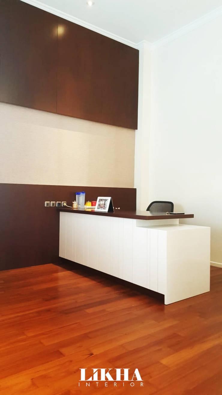 Meja Kerja (Working Table):  Ruang Kerja by Likha Interior