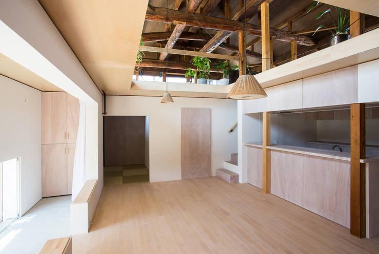 House NI: 1-1 Architects 一級建築士事務所が手掛けたリビングです。
