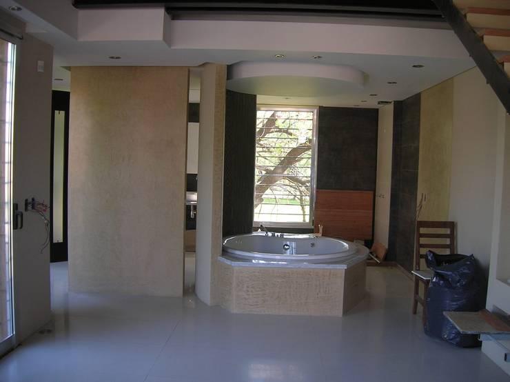 Un baño súper especial… : Baños de estilo moderno por Laura Avila Arquitecta